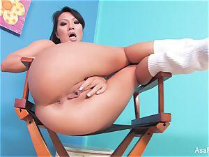 asian pornographic star Asa Akira fngers both her fuck holes