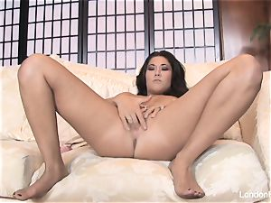 asian babe London Keyes jams her cunt w a wand