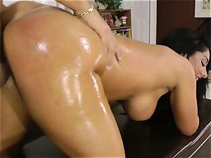 Oily tramp Bella Reese slides in a rigid rod